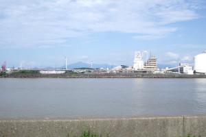 関川河口付近から見た直江津港