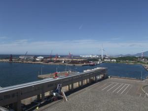 佐渡汽船ターミナルから見た直江津港